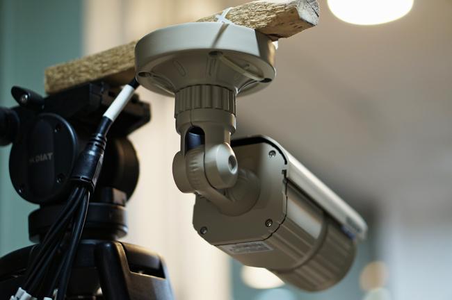 IP Camera được gắn trên một Tripod
